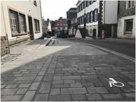 Behindertengerechter Parkplatz am barrierefreien Seiteneingang ins Rathaus