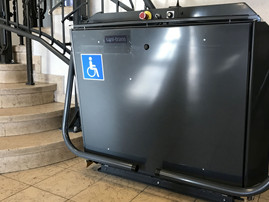 elektrischer Treppenlift im Rathaus