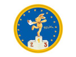 Hase Felix balanciert auf einem Bein auf der obersten Stufe eines Siegertreppchens und hält einen Brief in der Hand